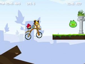 Онлайн игра Злые птички на байке (Angry Birds Bike Revenge) (изображение №2)